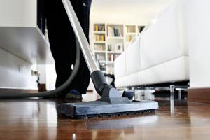 Dammsugning av golv vid hemstädning